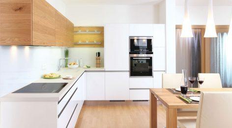 Легкие кухонные шкафчики с теплой текстурой древесины