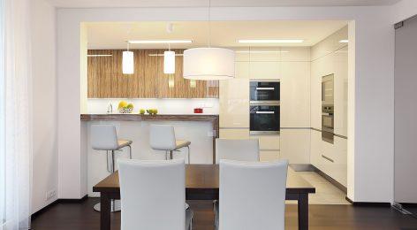 Кухня до потолка использует все пространство
