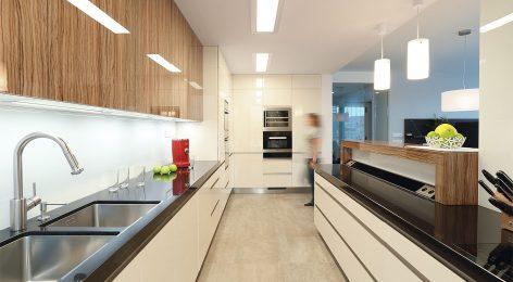 Эффектное сочетание материалов и эксклюзивный дизайн от Фабрики Модные кухни