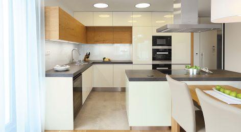 Кухня с высокими шкафчиками до потолка