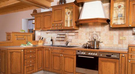 Кухня с каминной вытяжкой