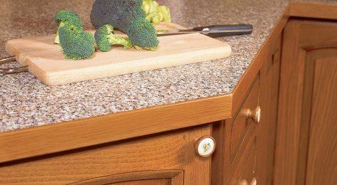 Кухонная столешница с декором из массива