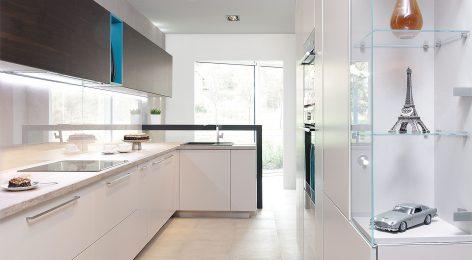 Стеклянные полочки на кухне для аксессуаров
