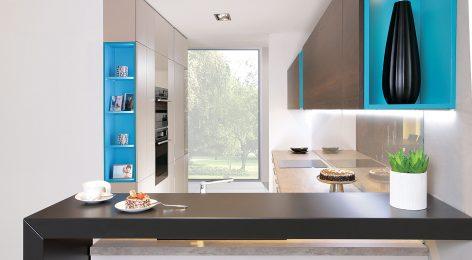 Яркие голубые акценты оживляют интерьер кухни