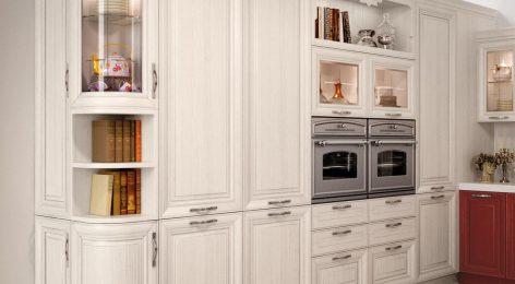 Угловая кухня с большими шкафами