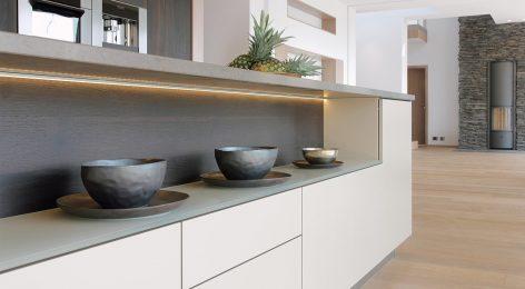 Подсветка кухни добавляет атмосферу дому