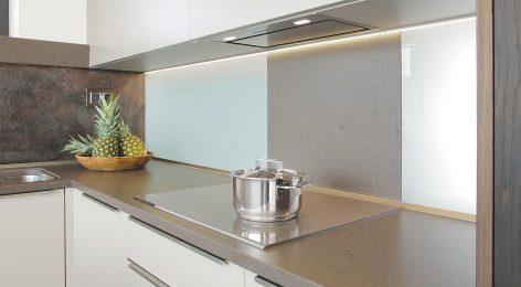 Модный дизайн кухни со встроенной вытяжкой