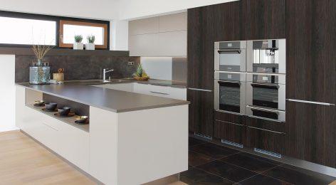 Кухня с полуостровом для маленькой квартиры